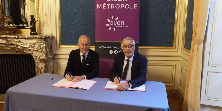 Philippe Wahl, PDG de La Poste, signe la convention de partenariat avec François Rebsamen