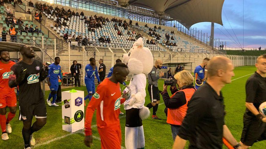 Les footballeurs du Bourges Foot ici en rouge se sont qualifiés pour le 7ème tour de la Coupe de France
