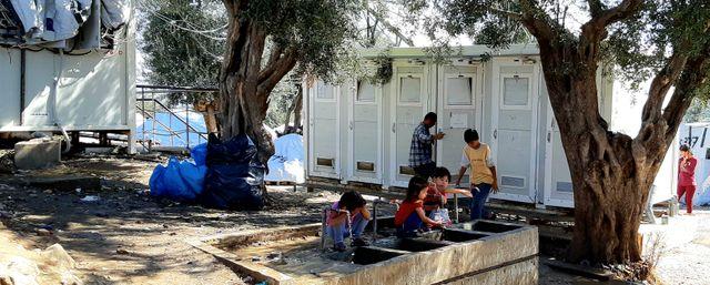 Les sanitaires du camp de Moria : un WC/douche pour 100 personnes.