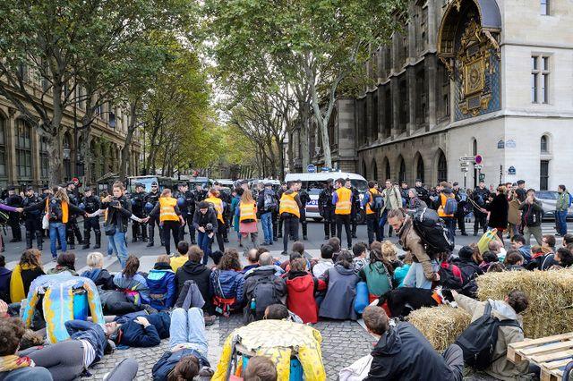 Des gendarmes font face aux manifestants d'Extinction Rebellion à Paris, alors qu'ils bloqent le Pont au Change donnant sur la Conciergerie.