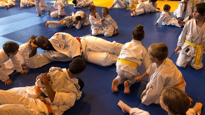 Teddy Riner au milieu de jeunes judokas.