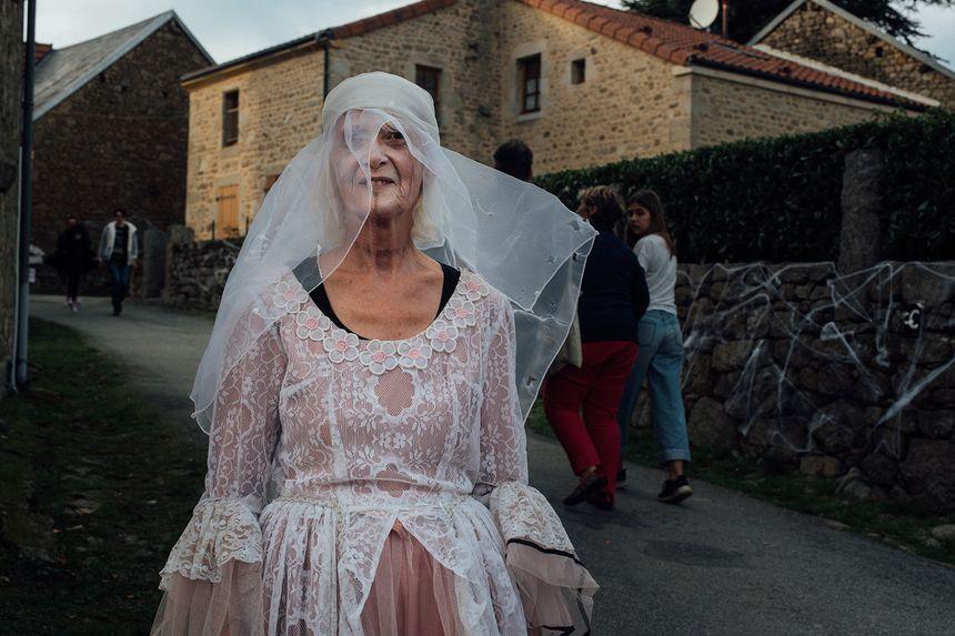 Une mariée funèbre dans les rues de Masgot