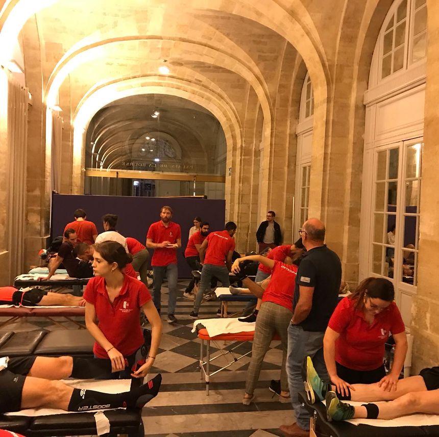 Après la course, les participants passent au massage.