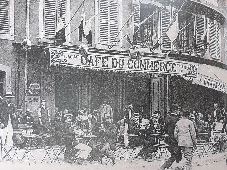 Le café du commerce à Belfort, faubourg de France. Aujourd'hui, il y a un magasin de mode et d'optique. Extrait du livre