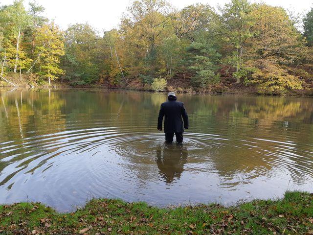 Le comédien incarnant Robert Boulin se rend dans l'endroit de l'étang où le premier témoin affirme avoir vu le corps du ministre