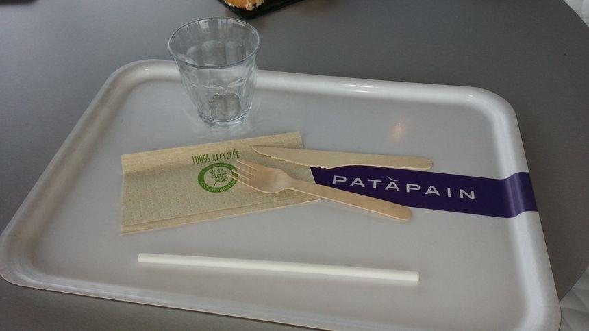 Des couverts en bois pour la restauration à emporter, des serviettes en papier recyclé, du verre et bientôt la fin des pailles (probablement) chez Pat à Pain