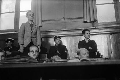 Deuxième procès devant les Assises de Poitiers de Raymond Mis (debout à gauche) et Gabriel Thiennot (debout à droite), accusés d'avoir assassiné Louis Boitard, le garde-chasse du producteur de sucre Lebaudy de quatre coups de feu l 29 décembre 1946.