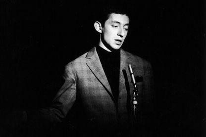 En 1958, Serge Gainsbourg a tout juste 30 ans quand paraît son premier album 'Du chant à la une !'