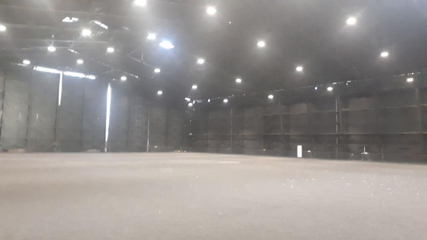 Il ne manque plus que le revêtement synthétique sur le terrain couvert du hangar HM17