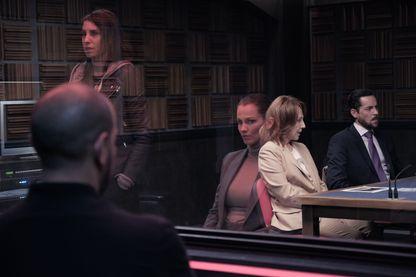 """""""Criminal"""" France - Saison 1, série sur Netflix. Photo d'Anne Azoulay, Margot Bancilhon, et Nathalie Baye."""