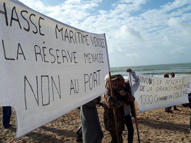 Quelque 2500 personnes se sont rassemblées, armés de banderoles et de pancartes, sur la plage de la Normandelière contre le projet de port de plaisance à Brétignolles-sur-Mer le 6 octobre