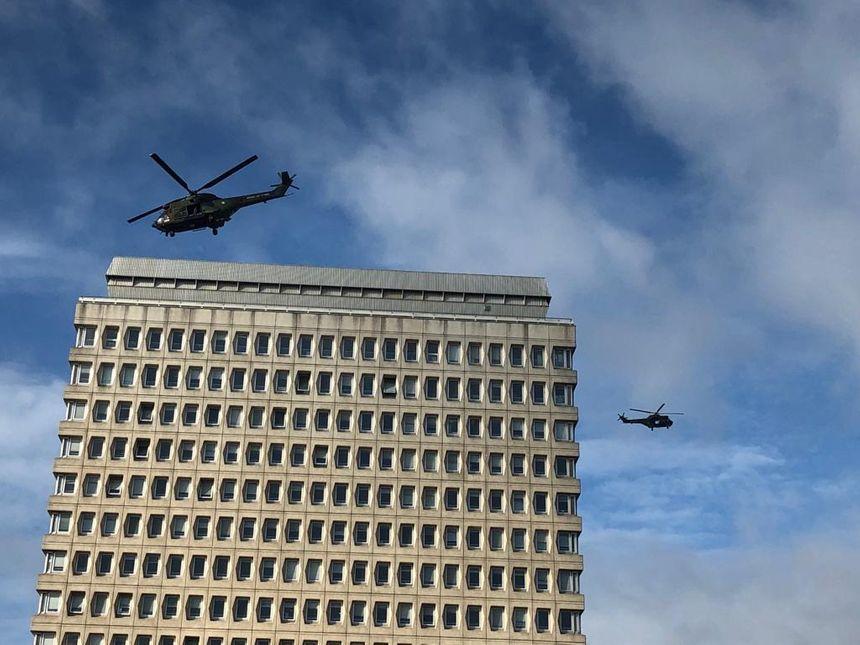 Les deux hélicoptères ont survolé la tour de la caisse d'allocations familiales.