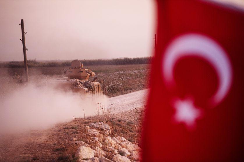 Véhicule blindé turc sur le point de traverser la frontière syrienne le 9 octobre 2019 à Akcakale, en Turquie.