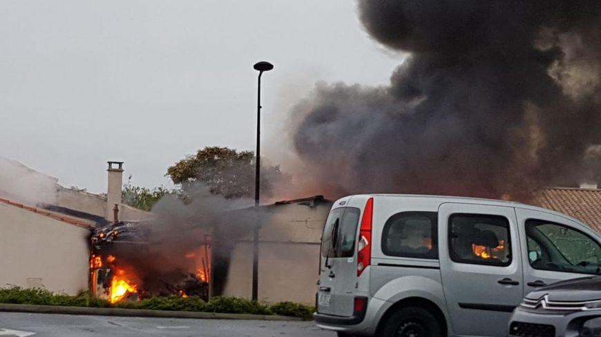 Une fumée impressionnante s'est dégagée du bâtiment lors de l'incendie.