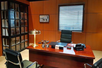 """Ce bureau a été reconstitué pour que les visiteurs puissent le """"dépoussiérer"""", comprenez vérifier s'il contient des micros ou des caméras cachées."""