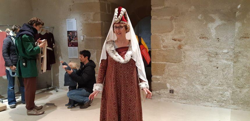 Claire, en vacances dans le Morbihan, habillée en duchesse du 15 ème siècle