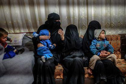 Le 17 février 2019, l'une des deux Françaises détenues qui ont fui la dernière poche de l'État islamique en Syrie s'assoit avec ses enfants alors qu'elle s'adresse à un journaliste de l'AFP au camp de personnes déplacées d'al-Hol au nord-est du pays