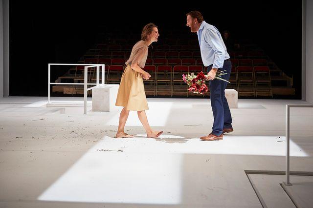 Jérôme Pouly et Claire de la Rüe du Can dans « L'Heureux Stratagème » de Marivaux mis en scène par Emmanuel Daumas.