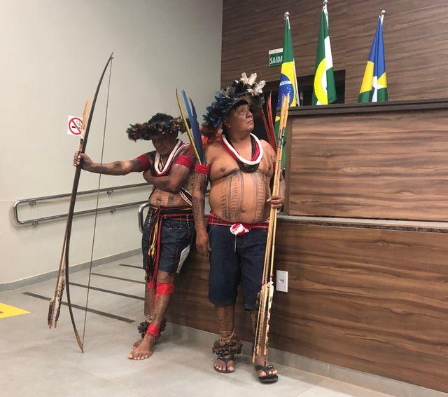 Agamenon et Mopiri, deux des caciques, chefs du village de Lapetanha à une cérémonie officielle dans la ville voisine de Cacoal