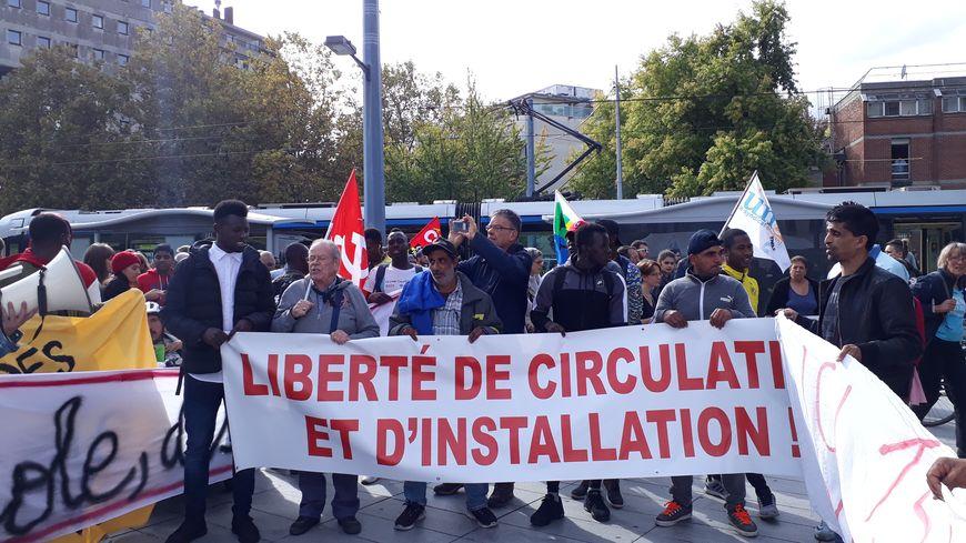 Manifestation de soutien à un militant pro-migrant, devant le palais de justice de Grenoble