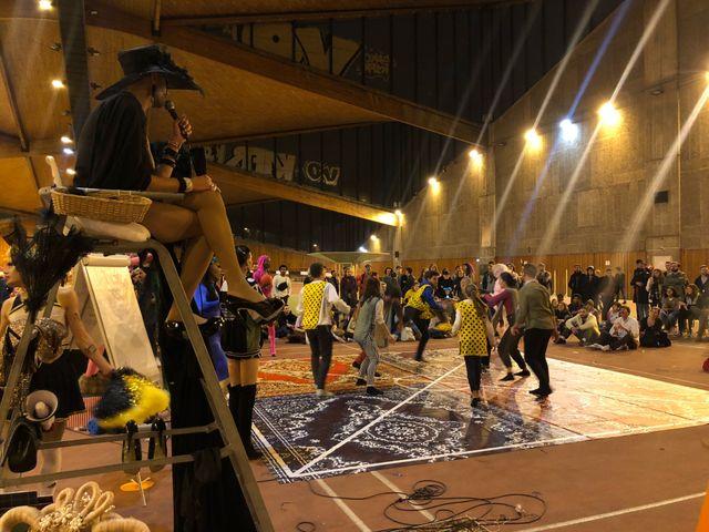 Le tournoi de travball était arbitré par une vingtaine de drag queen.