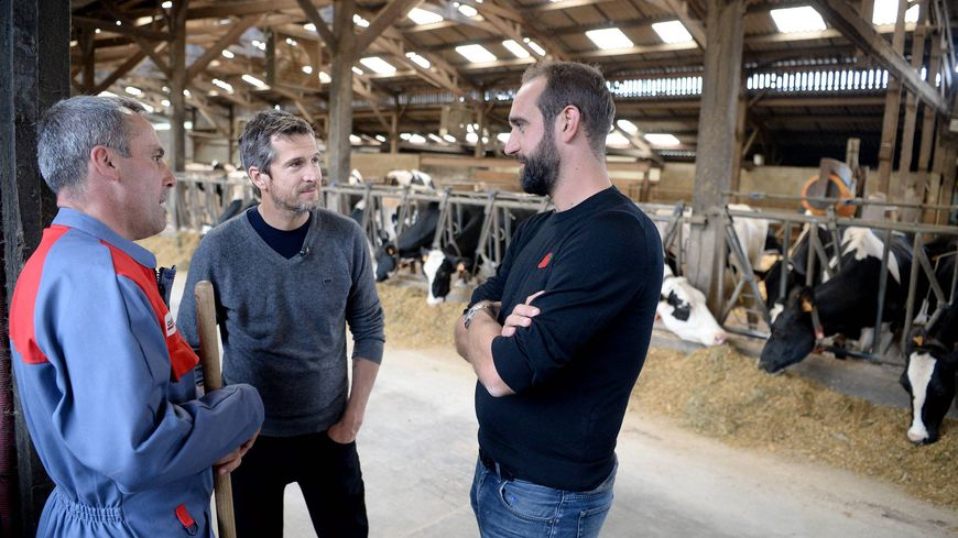 """Guillaume Canet et Edouard Bergeon avec l'agriculteur qui a accueilli l'équipe du film """"Au nom de la terre"""" à Saint-Pierre-sur-Orthe en Mayenne."""