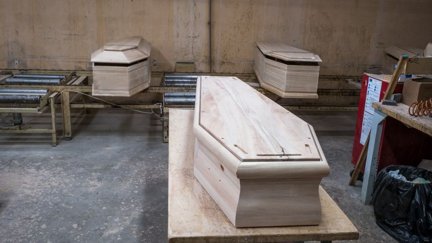 Chaîne de fabrication de cercueils à Jussey