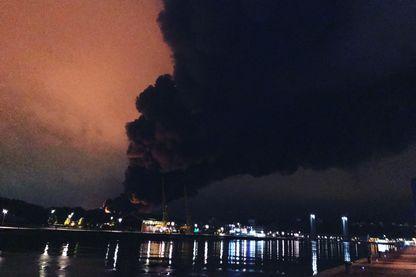 Le nuage de fumée qui s'échappe de l'incendie de Lubrizol