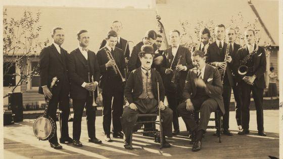 Charlie Chaplin posant avec le Abe Lyman Orchestra, 1925