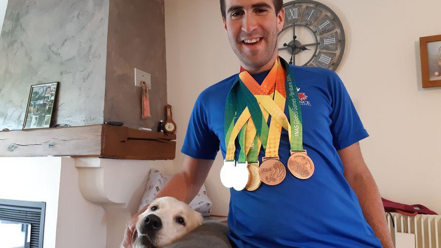 Cinq médailles autour du cou pour Jérémy Pereira, dont une médaille d'or en contre la montre par équipe
