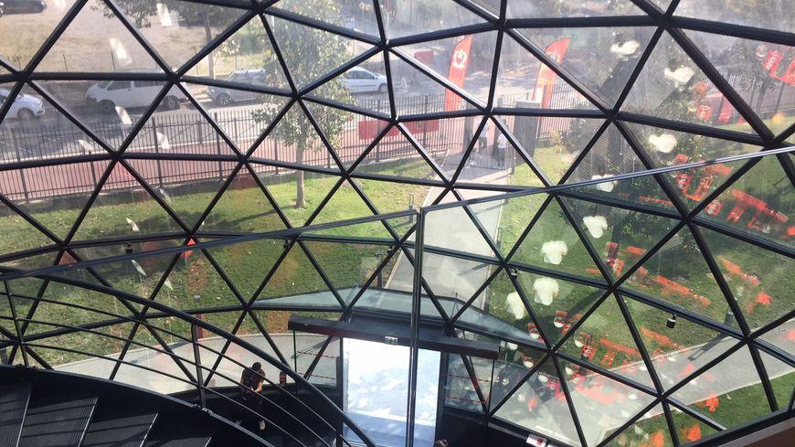 A l'intérieur de la géode du centre d'entrainement de l'OGC Nice