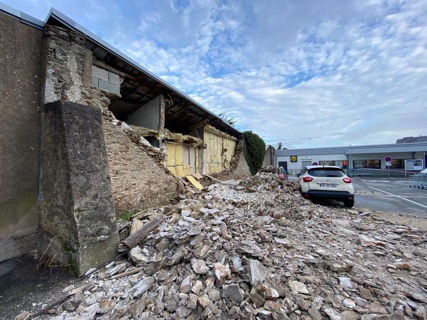 Quatre voitures endommagées dont une ensevelie dans l'effondrement d'un mur à Rezé