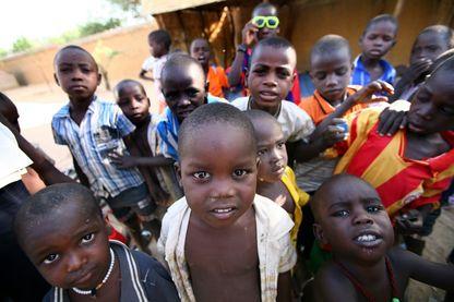 Certains des 103 enfants, qui ont failli être enlevés par une organisation caritative française, sont photographiés le 14 novembre 2007 dans un orphelinat de la ville d'Abéché, dans l'est du Tchad