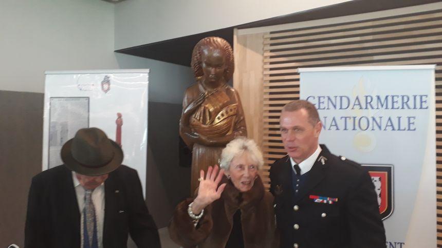 Noëlle Bennett le modéle en compagnie du colonel Vincent patron des gendarmes creusois