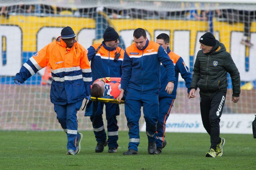 Maxence Prévot a été évacué sur une civière après son choc à la tête avec son coéquipier Adolphe Teikeu