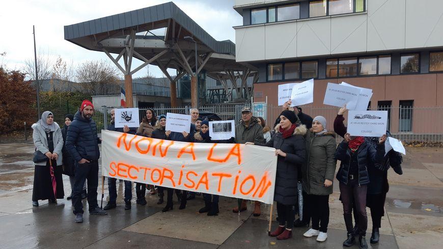 Les parents mobilisés devant leur collège à la Petite Hollande à Montbéliard