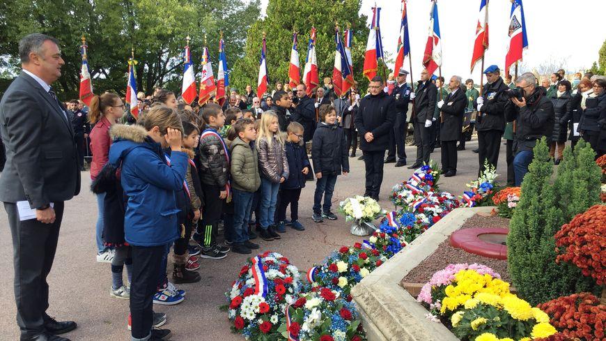 Des élèves avignonnais ont participé à la cérémonie, notamment lors du dépôt de gerbe devant le monument aux morts du Rocher des Doms