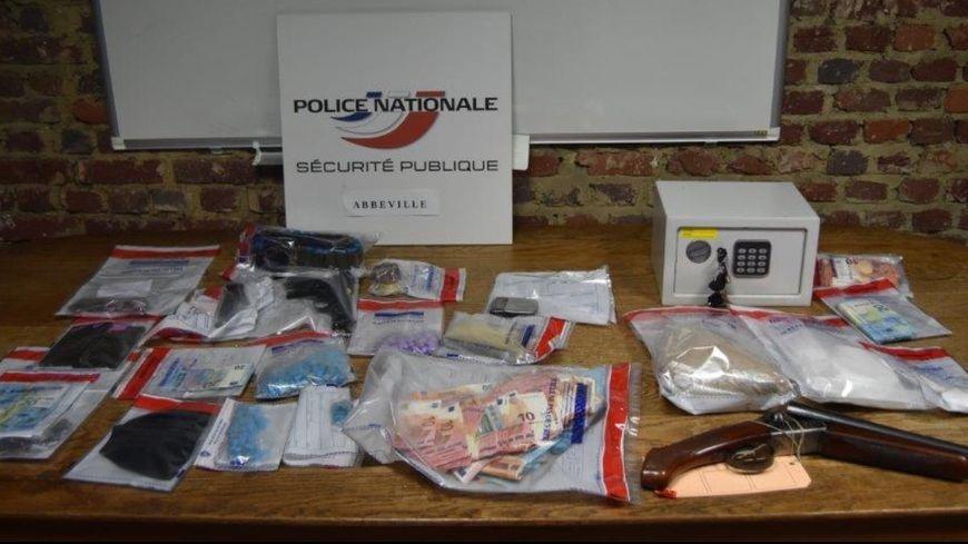 La drogue et les objets saisis à l'occasion du démantèlement d'un réseau de trafic d'héroïne et de cocaïne à Abbeville