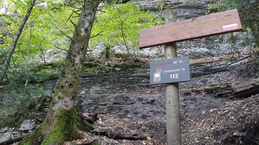 De nombreux panneaux 112 sont posés sur le site des Cascades du Hérisson, dans le Jura.