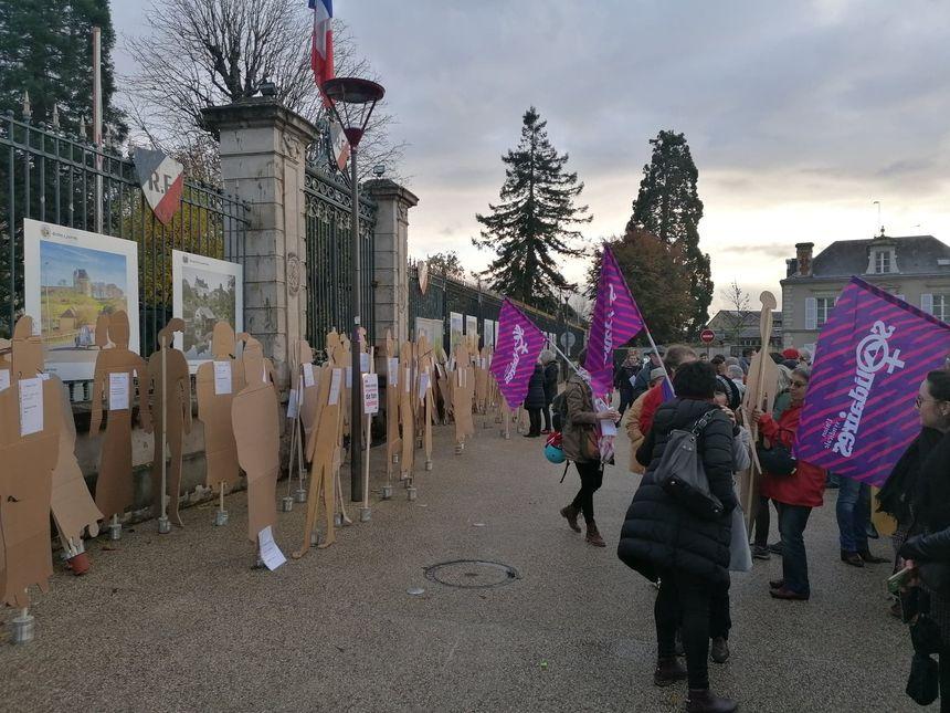 Le cortège dépose les silhouettes devant les grilles de la préfecture.