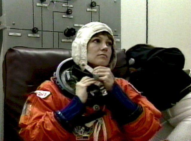 Eileen Collins, astronaute américaine et toute 1ère femme à piloter une navette spatiale : la navette Discovery en 1995, dans le cadre de la toute première mission de coopération spatiale russo-américaine.