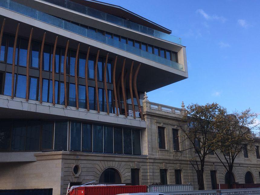 Une partie de l'ancienne façade a été intégrée au nouveau bâtiment.