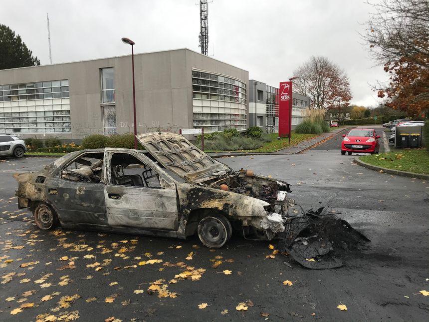 Les deux voitures incendiées sont des véhicules dédiés à l'entraînement des pompiers.