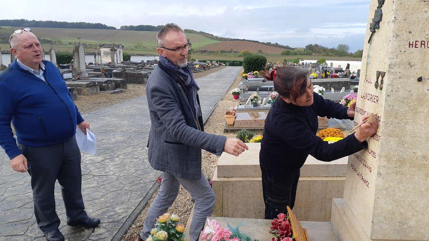 Le maire de Gron, Stéphane Perennès (au centre) a souhaité que la commune finance la restauration de ces deux tombes de poilus