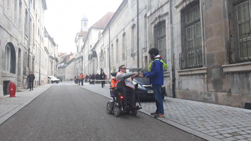 Ils en ont ras le bol des voitures garées sur les trottoirs, en centre-ville de Besançon. - Radio France