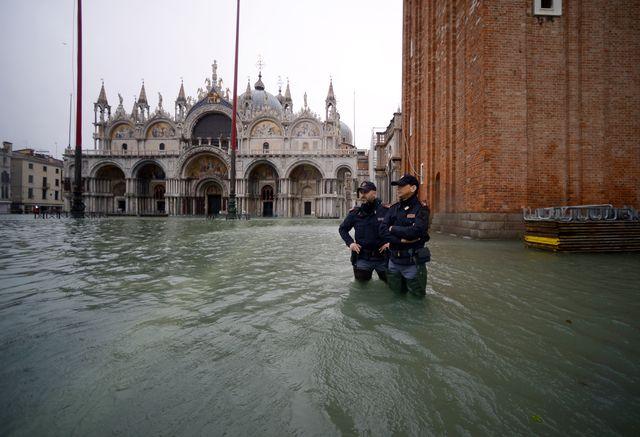 Des policiers italiens gardent la place Saint-Marc, vendredi, deux jours après la marée haute historique.
