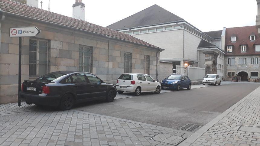 Etre piéton à Besançon, ou personne à mobilité réduite, est un parcours du combattant dans le centre-ville de Besançon. - Radio France