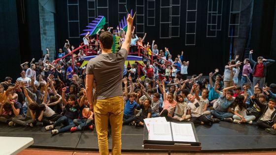 Répétition de La Légende du roi dragon dirigée par Marc Leroy Calatayud, directeur musical du projet