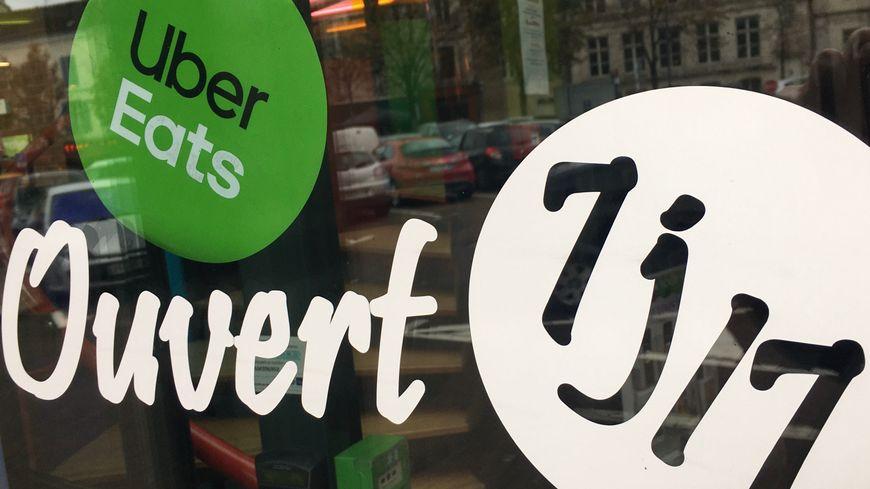 """Dans le centre-ville d'Auxerre, les macarons """"Uber Eats"""" ont déjà fait leur apparition."""