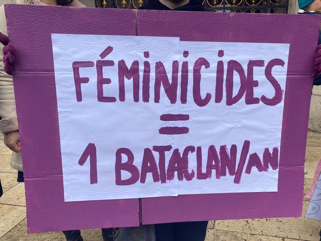Pour marquer les esprits, cette pancarte fait le rapport entre le nombre de femmes tuées en France en 2019 et le nombre de morts au Bataclan, lors de l'attentat de 2016.